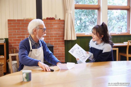 中国女星秦岚晒和宫崎骏合照 大师亲手绘制龙猫送她